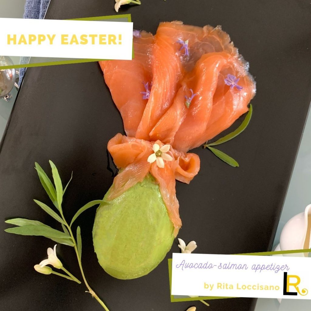 foto di uovo di Pasqua fatto con mezzo avocado e fette di salmone affumicato
