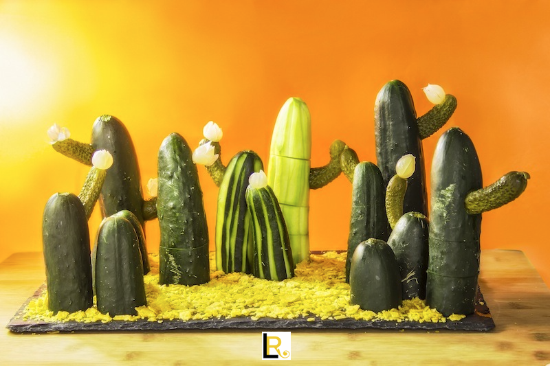 tanti cactus realizzati con cetrioli farciti di crema al tonno su letto di nachos