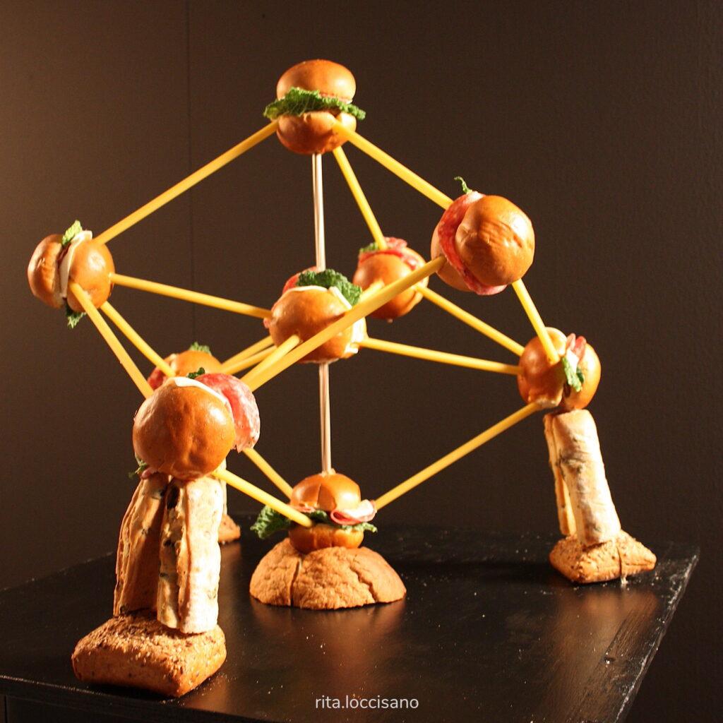 scultura di cibo raffigurante l'atomium di Bruxelles