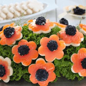 vaso di fiori fatti con tartine di salmone e uova di lompo