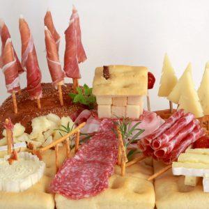 scenografia di campagna con pane, affettati e formaggi